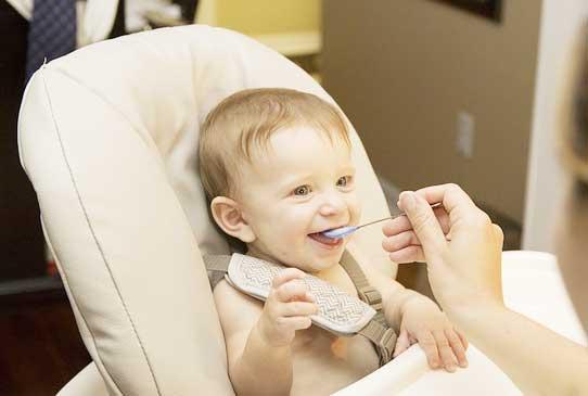 Im Babyhochstuhl isst das Baby sicher und hat alles im Blick
